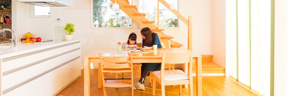 朝日を浴びる木の階段の家 ((S様邸))
